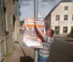Knut Michael hängt Plakate