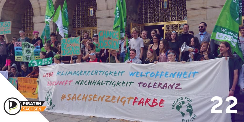 Demo für den Klimanotstand vor dem Rathaus Dresden