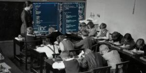 Man sieht eine Lehrerin in einem Klassenraum, welcher sehr alt wirkt. In den Raum ist an die Tafel ein Bildschirm mit Quellcode hineinmonitiert.